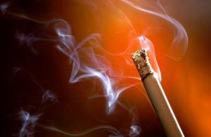 Η στάχτη τσιγάρου βοηθάει για να βγάλουμε τη βαφη μαλλιων απο τα χερια