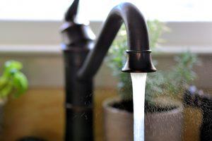 Το νερό βοηθάει για να βγάλουμε τη βαφη μαλλιων απο τα χερια