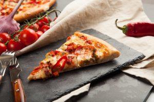 ena komati pitsa se petrino skevos eidiko gia zestama ston fourno