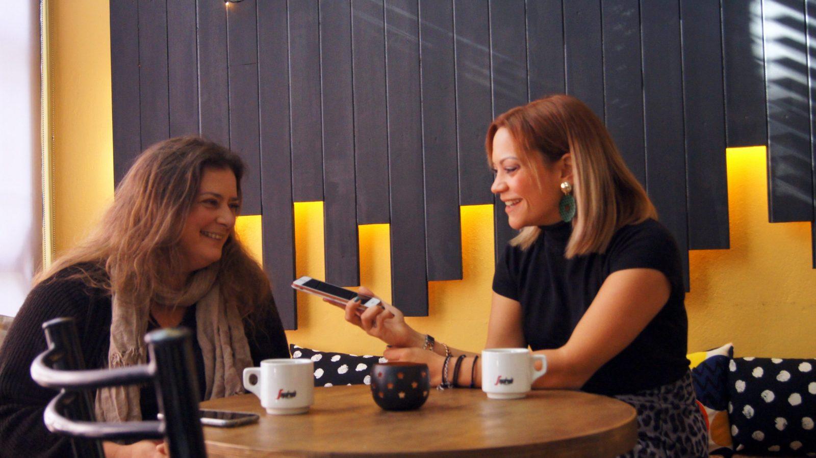 η δόμνα κουντούρη με τη δημοσιογράφο Μάνια Καπαράκου