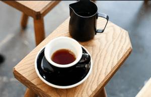 kafes se mavri kupa pano se ksilino epiplo