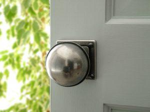 τα πόμολα της πόρτας είναι από τα σημεία που είναι αρκετά βρώμικα