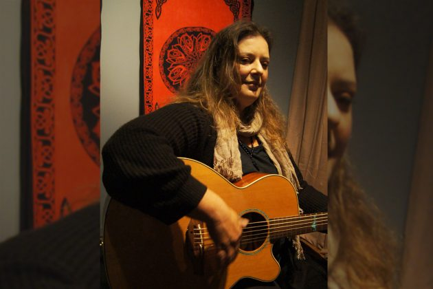 η δομνα κουντουρη παιζει κιθάρα