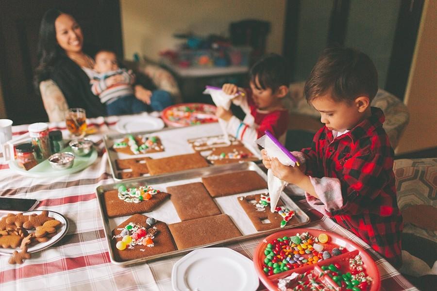 παιδιά φτιάχνουν χριστουγεννιάτικα μπισκότα