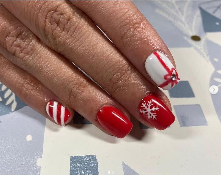 κόκκινο μανικιούρ με χριστουγεννιάτικα σχέδια
