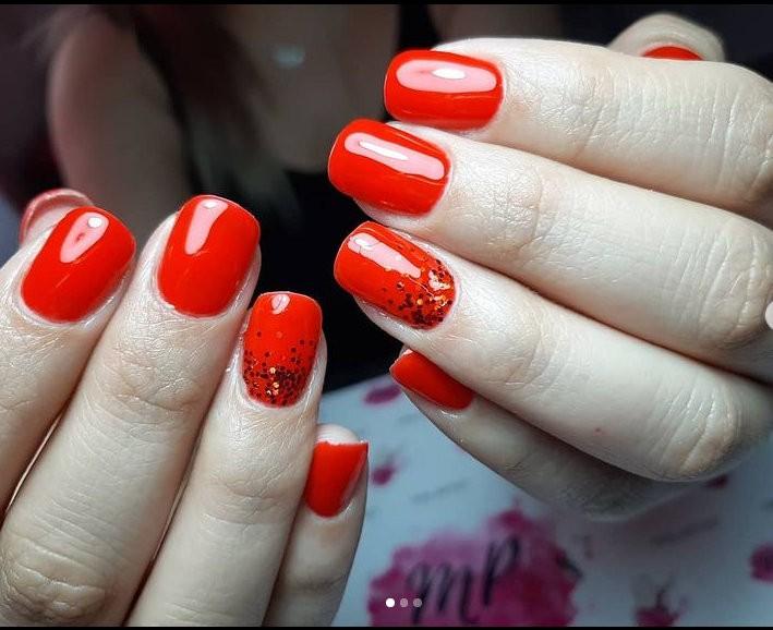 red manicure με στρας