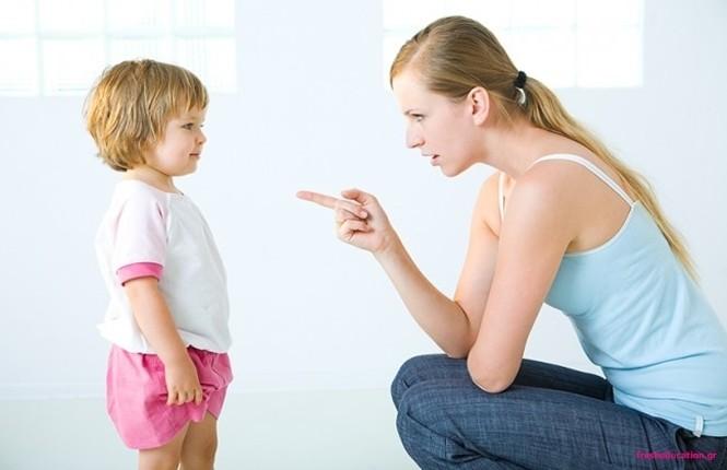 μητέρα μαλώνει το παιδί της
