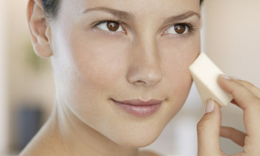 γυναίκα που βάζει make-up με σφουγγαράκι