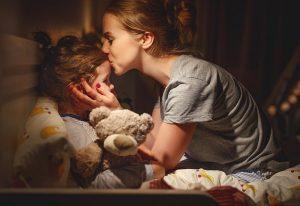 μαμά καληνυχτίζει το παιδί της