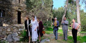 Ασημίνα και Δρόσω συνοδεύουν την Ελένη, ντυμένη νύφη, στην εκκλησία