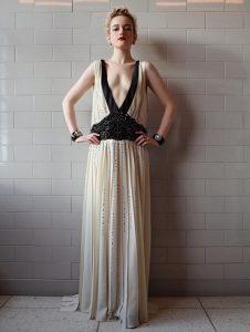 H Julia Garner με Prada