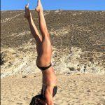 κάνει yoga στην παραλια