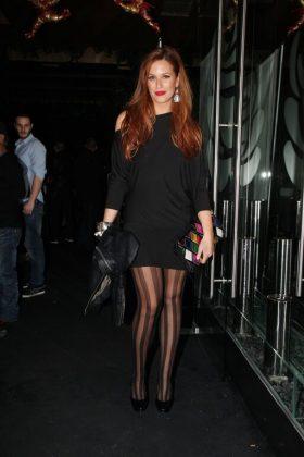 Η παρουσιάστρια με total black