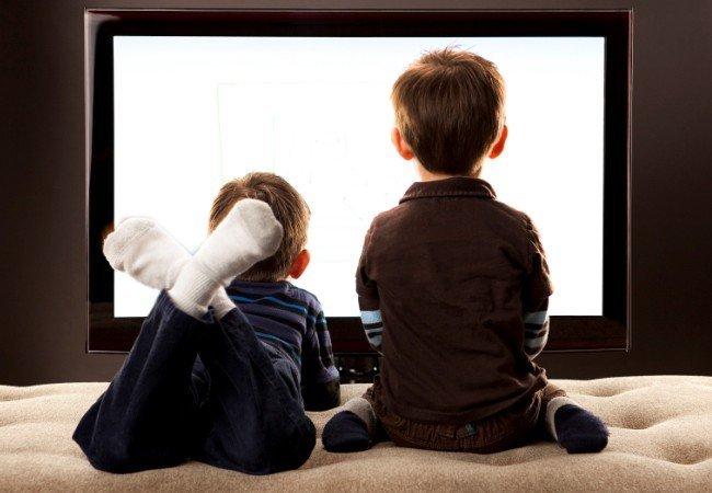 νήπια που παρακολουθούν τηλεόραση